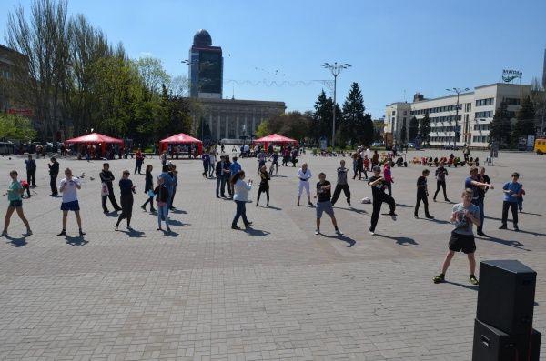 Тай-бо на главной площади Донецка